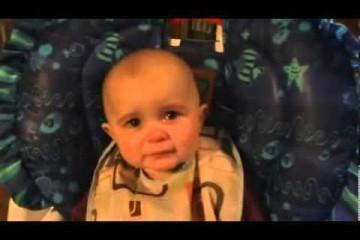 Neonato si commuove mentre la mamma canta