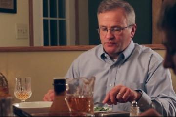 Ragazzi usano il cellulare a cena: esilarante reazione del padre