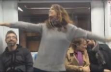 Si alza e canta Robin Hood in Metro