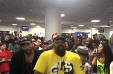 I cast dei musical Re Leone e Aladin si incontrano all'aeroporto