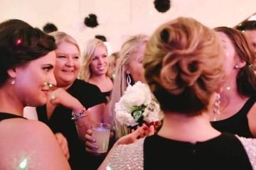 Il lancio del bouquet si trasforma in una proposta di matrimonio