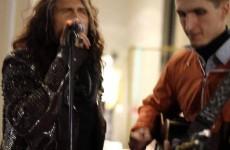 Steven Tyler degli Aerosmith canta con un artista di strada