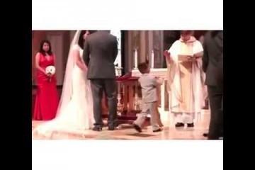 Bimbo dà il cinque al prete durante un matrimonio