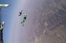 Si lancia da un Aereo senza Paracadute e atterra su una Rete