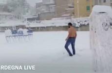 Giocano a Calcio sotto la Neve…e in mutande