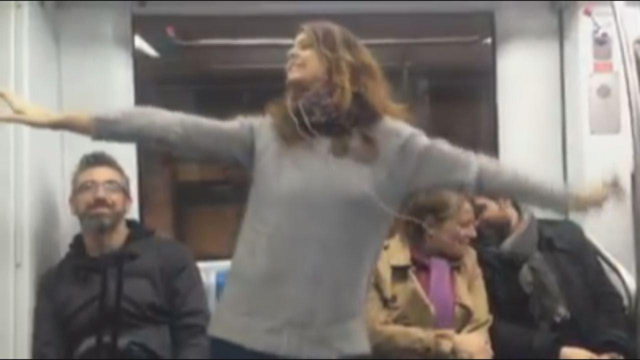 Ragazza canta robin hood nella metro di roma
